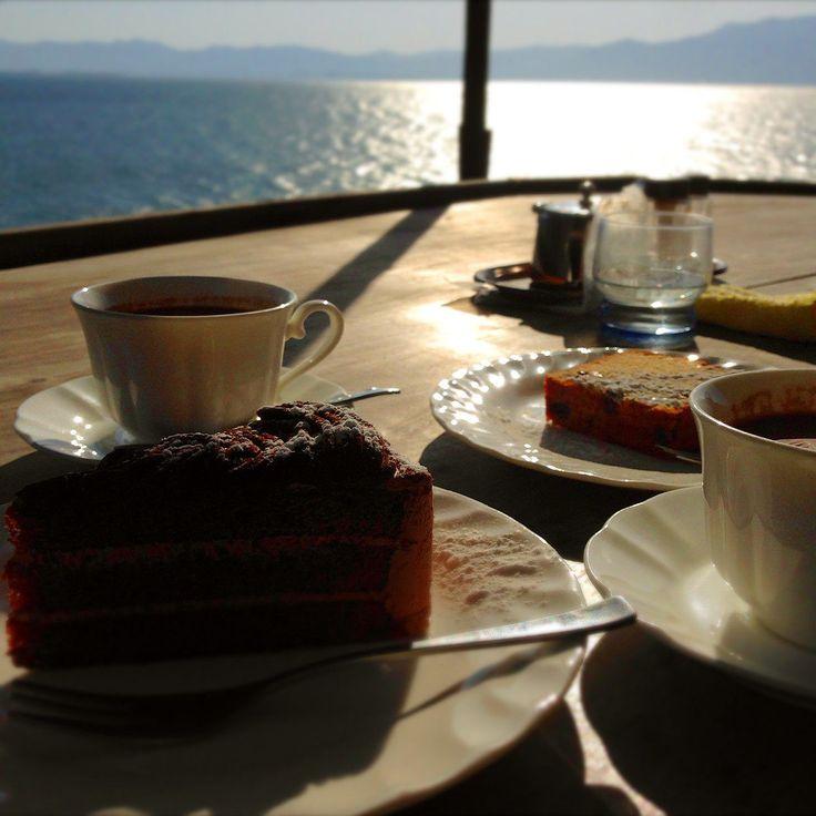 いつでもあなたを癒してくれる、オーシャンビューの絶景。壮大な景観を眺めながら、カフェを楽しむことができたら、これ以上ないほどの上質な時間を過ごすことができるとは思いませんか。そんな素敵な時間を過ごすことのできる、琵琶湖の絶景を満喫することのできるカフェ「シャーレ水ヶ浜」について紹介します。