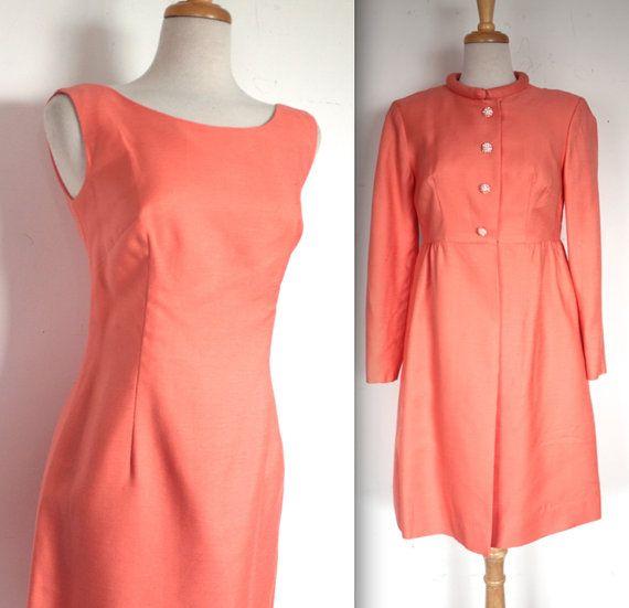 Jahrgang Anfang der 1960er Jahre cocktail-Party Kleid und Jacke, inmitten einer schönen Pfirsich Farbe mit Strass Blase Buttons oben die Jacke!