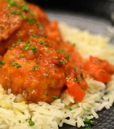 Κεφτέδες κοτόπουλου με σάλτσα από πιπεριές και μανιτάρια, παρέα με πιλάφι μπασμάτι | Γιάννης Λουκάκος