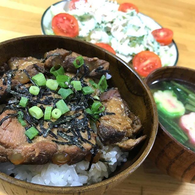 今夜は沖縄っぽくソーキ丼。 ゴーヤとツナのサラダ。 沖縄ソバのつゆに小松菜と花麩の汁物。  でも・・・沖縄で食べたことは無いものばかりだ(≧∇≦) #肉 #きょうのごはん めざせ #カフェ めし #沖縄 #okinawa #豚バラ #軟骨 #夕飯