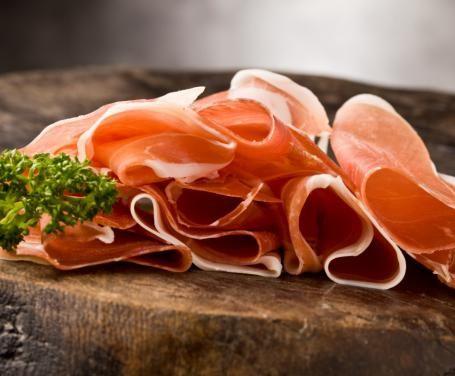 Una fragrante e gustosa focaccia facilissima da preparare e farcita con crudo, patate e rosmarino è l'ideale come antipasto caldo.