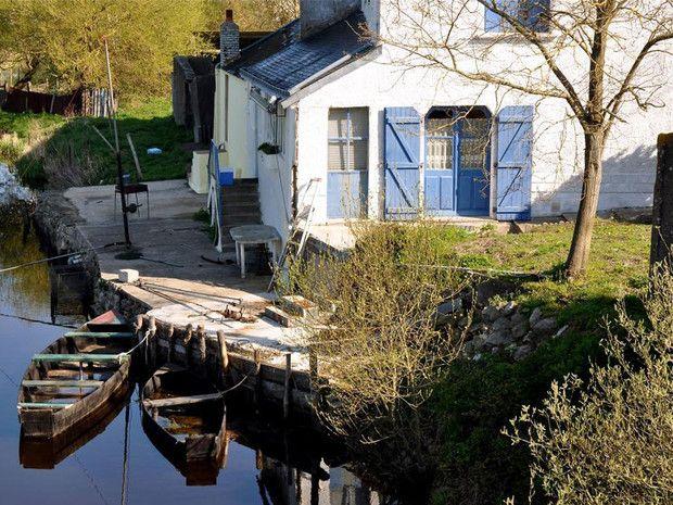 Maison dans les marais de la Grande Brière, en Loire-Atlantique (Pays de la Loire).