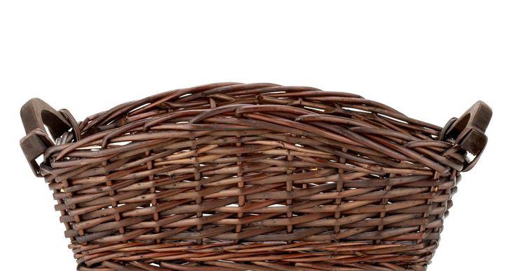 Como forrar o interior de uma cesta de vime com tecido . É possível encontrar cestas de vime forradas com tecido na maioria das lojas de artesanato ou em lojas de utensílios para o lar, mas você mesmo pode forrar as cestas, que já tem em casa, com muita facilidade. Nesse caso, a vantagem é que será possível escolher as cores de tecido e o padrão que combina mais com o seu gosto. As cestas de vime podem ...
