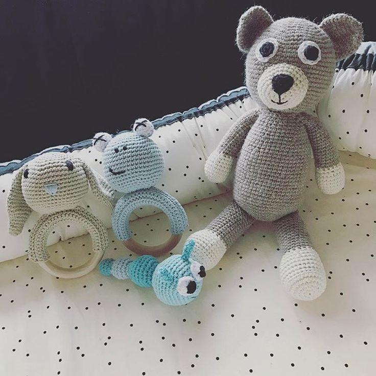 Har fået disse skønne hjemmehæklet ting til lille Nohr! Tusind tak til @denlillebutik_v.annettekolling for at lave dette på bestilling! Jeg er helt sikker på at alt bliver et hit hos vores lille mus 🐭#bamse#rangle#babyrangle#frø#kanin#orm#med#klokke#baby#babylegetøj#hæklet#hjemmehæklet