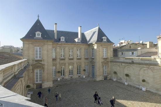 """Le musée des Arts décoratifs et du design de Bordeaux est installé dans un hôtel particulier, l'hôtel de Lalande , construit en 1779 """"entre cour et jardin"""", par l'architecte bordelais Etienne Laclotte, pour la famille du parlementaire Pierre de Raymond de Lalande. L'hôtela été remeublé dans le"""