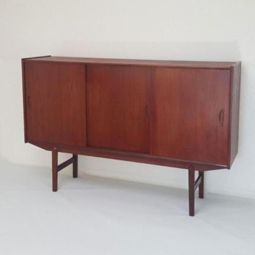 Mooi vintage dressoir/highboard uit denemarken, jaren '60. Afkomstig van een meubelfabrikant uit virklund (zie foto label op achterzijde van de kast), ontwerper onbekend. De kast bestaat uit 3