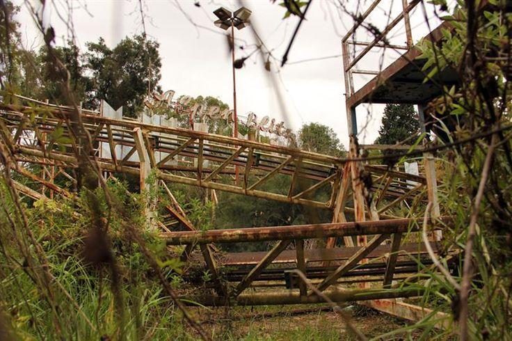 El Parque de la Ciudad, donde juegan los fantasmas  Entre yuyos se ven los restos de Alpen Blitz, una montaña rusa de 750.000 dólares con sensores electrónicos y frenos de emergencia. Foto: LA NACION / Mauricio Giambartolomei