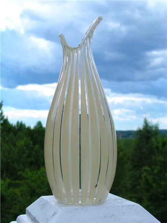 """VAS """"STRIKT"""", JOHANSFORS. Vas med den populära och snygga dekoren Strikt, först formgiven av Bengt Orup för Johansfors, men jag skulle tro att denna modell av vas är formgiven av Sixten Wennerstrand och man har använt den säljande dekoren. Wennerstrand var brukets ägare och gjorde som han själv ville med dekorerna. Vasen är i jättefint skick och den målade dekoren i vaniljgult är i princip utan slitage. Höjden är ca 20 cm och vaen i sig är fint formgiven med sina flikar vid mynningen."""