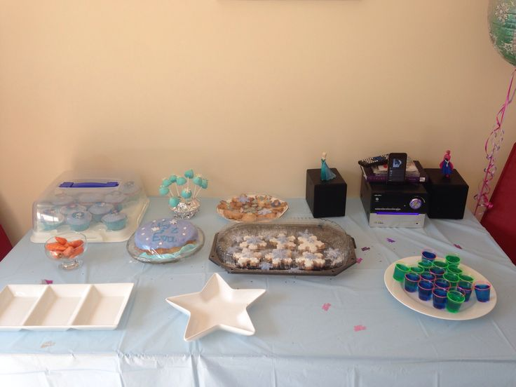 Frozen party ideas Olaf noses, frozen cupcakes, frozen biscuits, blue jelly, blue marshmallows