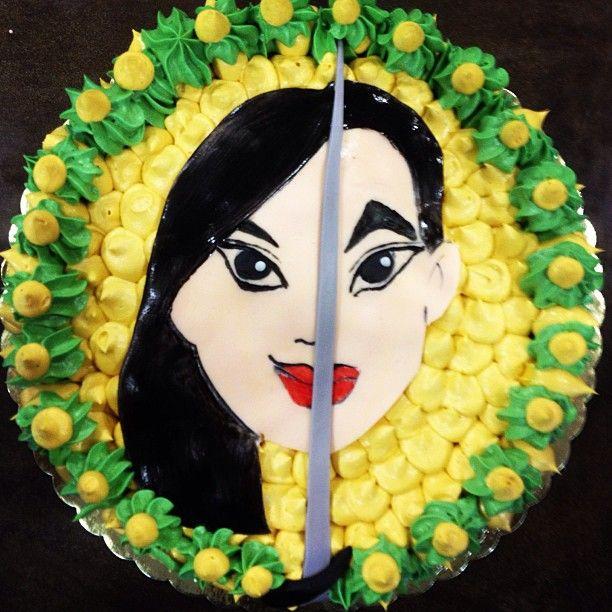 Η πριγκίπισσα Μουλάν φημίζεται για το θάρρος, την εξυπνάδα και το δυνατό της χαρακτήρα. Λάτρευε να τριγυρνά στη φύση απο το να έχει το ρόλο της παραδοσιακής κόρης.  Εμείς αφιερώνουμε στη γλυκειά πλευρά της ενα Κέικ Σοκολάτας γεμιστό με πάστα Φουντουκιού.