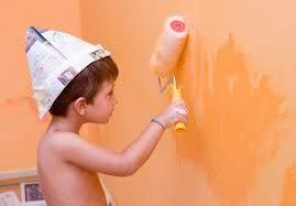 Di che colore dipingere la cameretta dei bambini...   Diversi studi sul colore hanno evidenziato come i colori delle pareti possano influenzare in modo importante il comportamento e la percezione della realtà.  Innanzitutto partiamo dal presupposto che potremmo decidere di non dipingere la pareti in modo uniforme ma optare per una differenziazione in grado di creare effetti cromatici che allargano o restringono lo spazio.