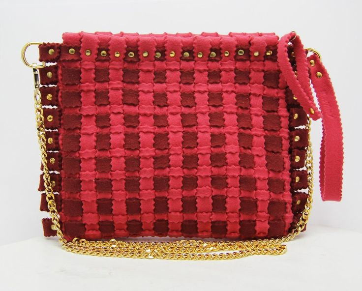 Fashion felt bag in a pink colour, with a gold chain. The perfect woman bag for your summer. Discovery it: feltrando.com.