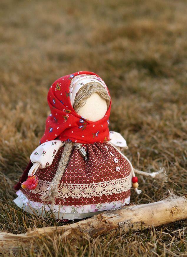 Вот уже совсем скоро в каждый дом постучатся самые долгожданные и всеми любимые праздники — Новый год и Рождество. Все мы любим дарить и получать подарки, в особенности конфетки на Новый год. И я решила показать вам изготовление сувенирной авторской куколки — Девочка с конфетой, на основе обережной столбушки, тем более появилась возможность поучаствовать в конкурсе мастер-классов Русский стиль 2015.
