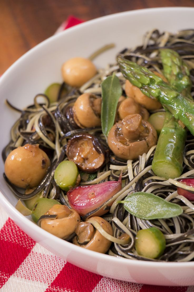 Tem quem ache que massa é sempre a mesma coisa. Para provar o contrário, que tal experimentar essa receita de macarrão com cogumelos e aspargos da Dani Noce?