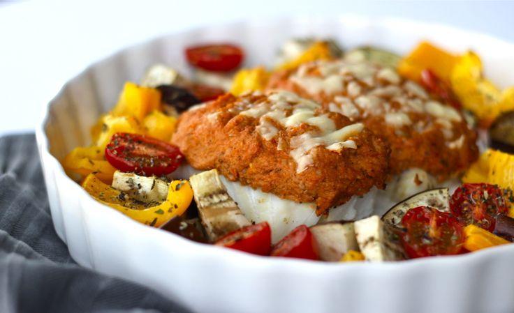 """Soms maak je een combinatie in de keuken waarvan je denkt, waarom heb ik dit niet eerder ontdekt? Zo'n goddelijke match is kabeljauw met tonijn en zongedroogde tomaatjes. Yum, wat zijn deze smaken lekker bij elkaar! Ik ben gek op witvis alleen moet deze wel goed bereid zijn anders is... <a href=""""http://cottonandcream.nl/kabeljauw-met-tonijn-tomaat-laagje/"""">Read More →</a>"""