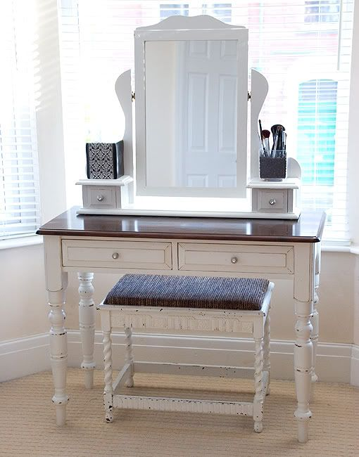 Love this dressing table.  I've always wanted to sit at something like this to put my make-up on!