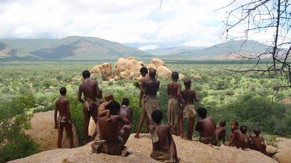 Tysk dokumentar. Hvordan er livet i en travel storby? En gruppe nomader fra Kalahariørkenen inviteres til Tyskland for å lære skolebarn om deres eldgamle kultur og tradisjoner, men det som vi tror skal bli kulturutveksling, utvikler seg til latterfylte betraktninger om vestlig levesett. En varm og humoristisk dokumentar om oss selv, sett gjennom øynene til en av verdens eldste kulturer. (Ghostland)
