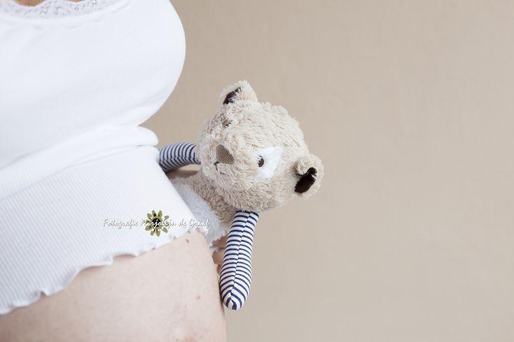 Zwangerschapsfotografie, knuffel op zwangere buik, Fotografie Marjolijn de Graaf