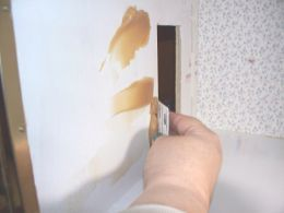 Step-by-step instructions with tips and techniques for applying wallpaper to a dollhouse. Perfect for beginners | Source: Katescats