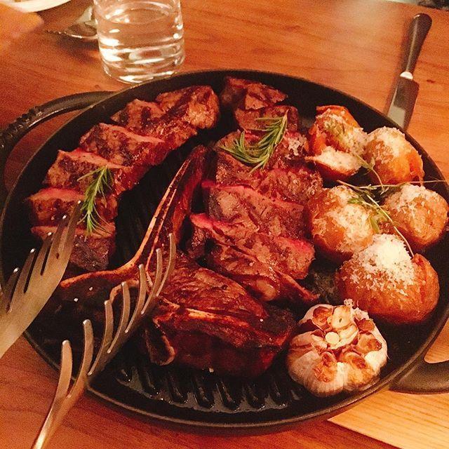 감자와 통마늘을 곁들인 최상급 한우 티본 스테이크 🥔🍖🍴 #tbornsteak #肉 #carne #처음 #주문 #히히 #스테이크 #제일좋아 #고기 #단백질 #잔치