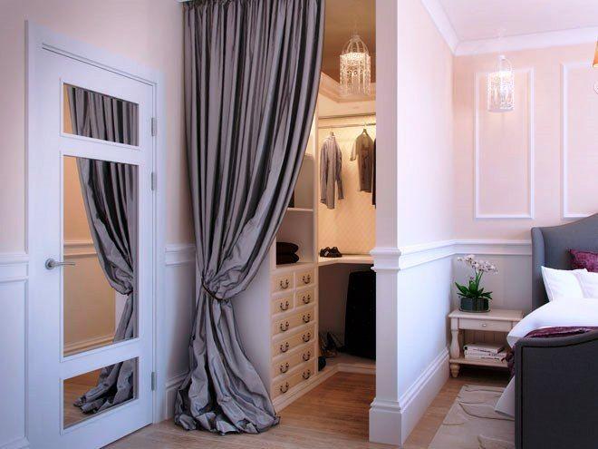 Узкая гардеробная с спальне с перегородкой.