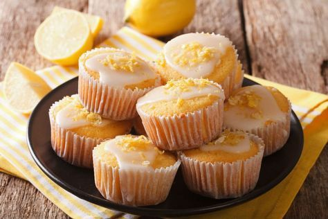 İçinde limonun ferahlığını taşıyan, sosuyla ağızlarda şenlik yaratan nefis mi nefis limon soslu muffin tarifi. Denemeyen, yemeyen kalmasın.