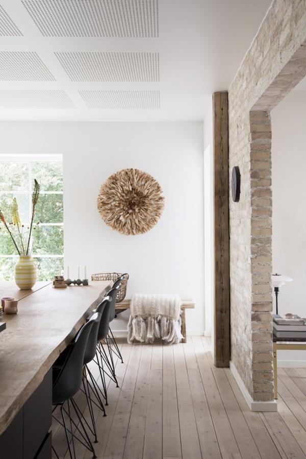 Луиза - стилист и владелица интернет-магазина Vidalaluu. Она проживает со своим супругом, архитектором Расмусом, в этом красивом доме в городе Орхус на востоке полуострова Ютландия в Дании. Мягкие материалы и розовые аксессуары придают атмосферу женственности, в то время как черная мебель и необработанное дерево добавляют нотку мужественности.11224458_758934284235133_8145736517239917752_n.jpg (600×899)