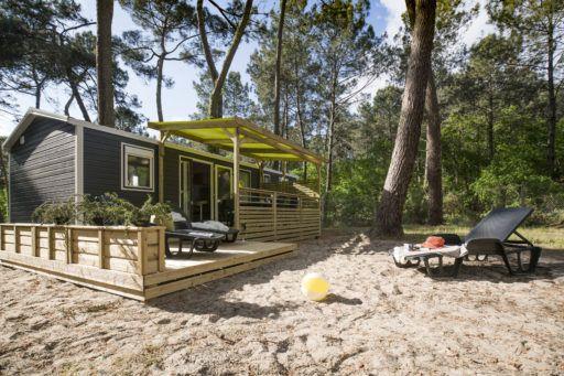 Le camping Slow Village Biscarrosse Lac vous invite à découvrir ses confortables hébergements locatifs! Des cabanes en bois spacieuses et bien équipées nichées en pleine forêt.