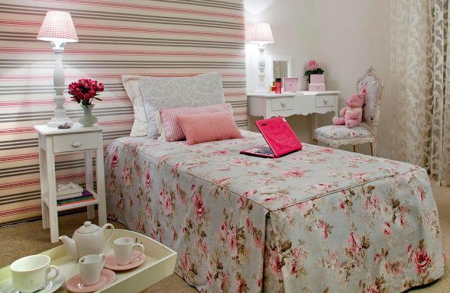 Quarto de menina provençal. Papel de parede listrado e cama com tecido floral