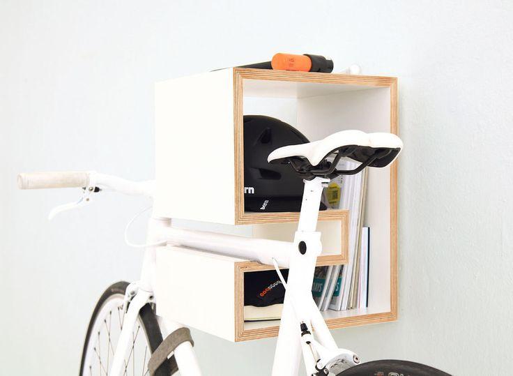 Półka na rower, miejsce na rower, stoajk na rower, rower w korytarzu. Zobacz więcej na: https://www.homify.pl/katalogi-inspiracji/15944/trendy-rowery-we-wnetrzach
