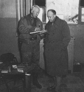 Generais norte-americanos Dwight D. Eisenhower (direita) e George S. Patton planejam a Operação Tocha, a invasão Aliada do Norte da África. Local incerto, 1942.