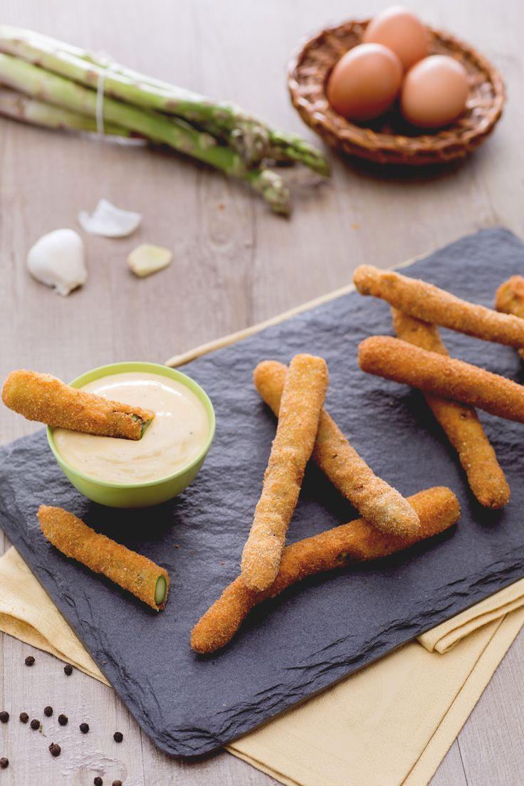 Frittura di asparagi con salsa:  croccanti fuori e morbidi all'interno grazie alla doppia panatura. Ultimo tocco: tuffali nella salsa aioli!  [Fried asparagus with aioli]