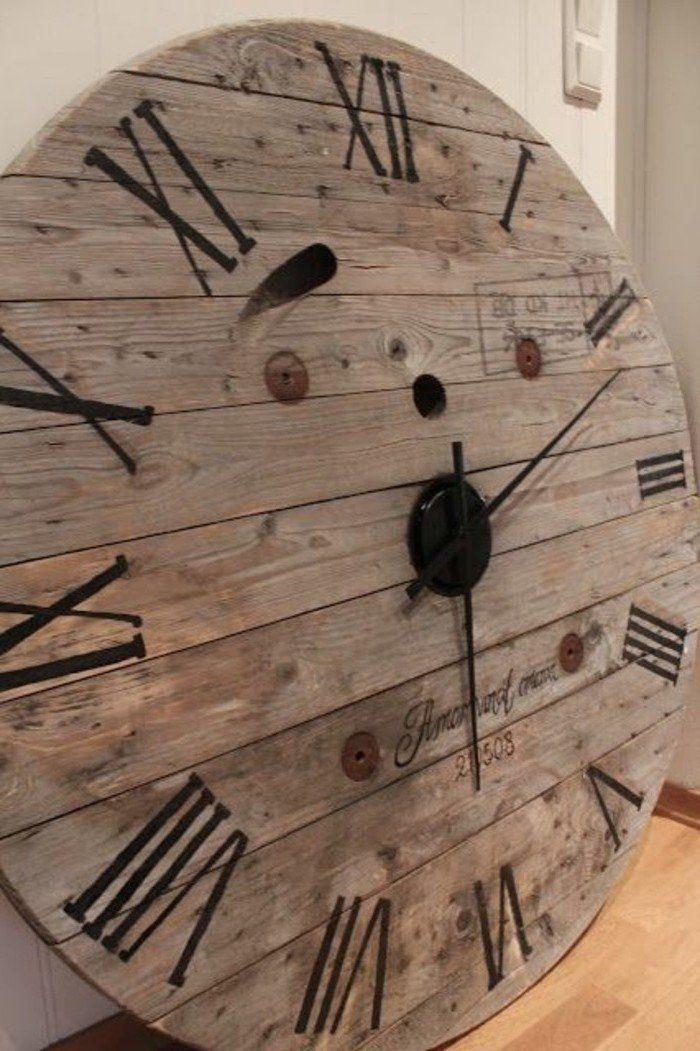 une horloge en bois style vntage rustique avec des chiffres roumains, un plateau en bois, composé de planches