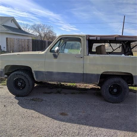 Selling a 1985 Chevy K5 Blazer 4x4. Straight bodywith newish 31x10.50R15 mud tires. Stock 305 with rebuilt stock 4 barrel Rochester carb. Power windows and door locks work well. 4x4 and hubs function with no issues. Heater and A/C do not work and has no radio. Softopper top is less than a year old.Passes state inspection yearly and everything is current. Have clear title in hand.