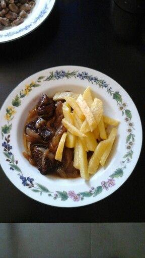 Μοσχαράκι με καραμελωμένα κρεμμύδια και πατάτες τηγανιτές.