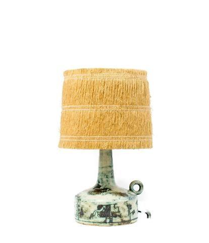 Jacques BLIN (1920-1995). Lampe à poser en céramique scarifiée abat-jour en rafia d'origine