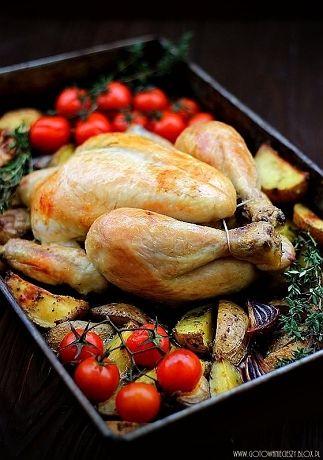 Lubię dania jednogarnkowe - zwłaszcza te, które przygotowuje się w piekarniku i nie wymagają ciągłego doglądania. Kurczakazziemniakami i warzywami przygotowuję
