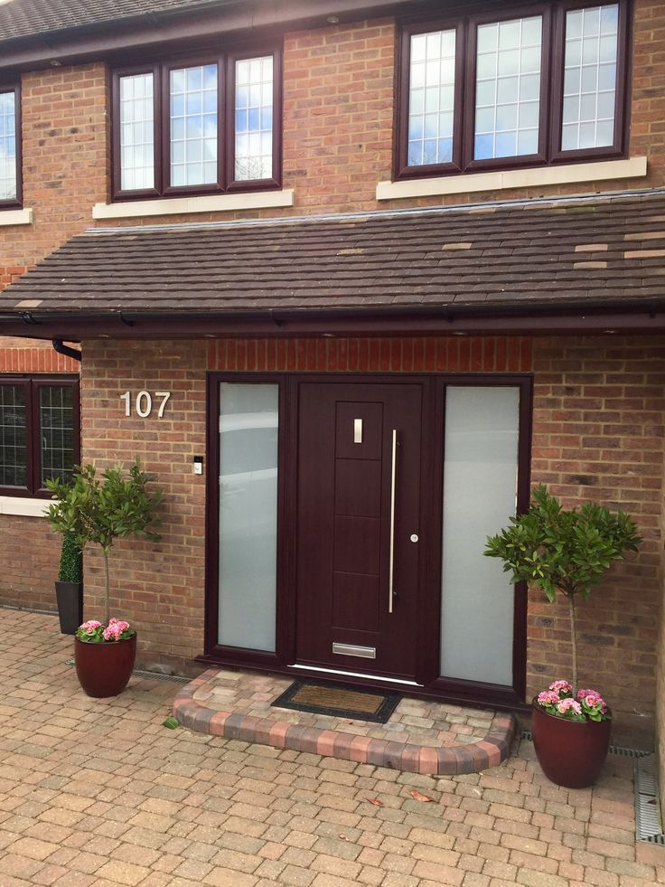 A stunning Rosewood Dakota with bar handle, finished off with 2 glass side panels. Perfectly matching the windows and roofline on the rest of the property - the whole house looks fantastic #Rockdoor #FrontDoor #Dakota