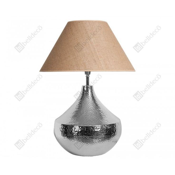 Solidnie wykonana lampa serii Deluxe dzięki swojej podstawie jest lampa stabilną oraz idealnie pasującą do każdej sypialni bądź salonu. Poprzez beżowy klosz, światło jest cieplejsze oraz przyjemniejsze.  Więcej na www.lawendowykredens.pl