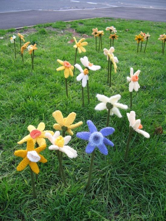 Daffodils by Lynn Berry: Crochet Flowers, Yarns Storms, Lynn Berries, Crafter Crochet, Daffodils Bombs, Da Yarns, Crochet Hyperbol, Yarns Bombs