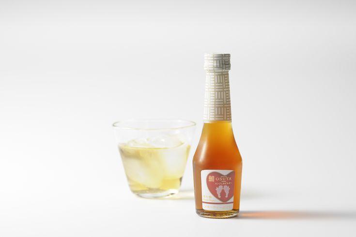 ノンアルコールのシャンパンをイメージして作られた、爽やかな飲み心地のデザートビネガー。 キューピッドのデザインが可愛らしく、美と健康を意識する方への贈り物にぴったり。 ホームパーティでノンアルコール派の飲み物としてもおすすめです。〈OSUYA〉 飲む酢・デザートビネガー・フルーティーぶどう