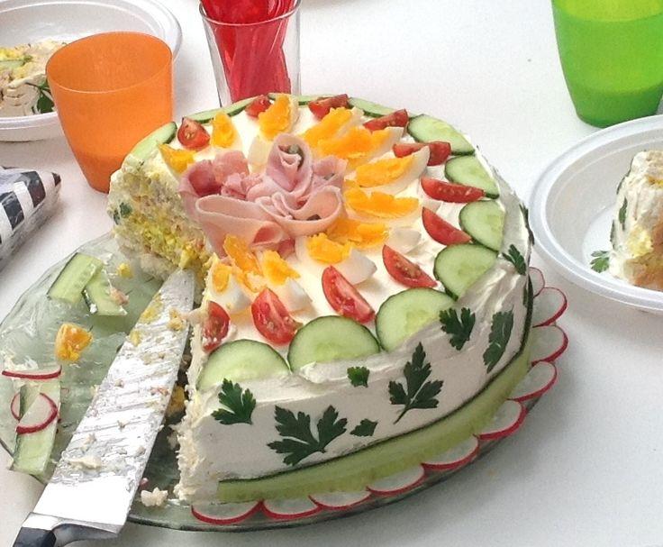 Krijg je een grote groep eters aan het ontbijt of de lunch? Maak dan een feestelijke smörgåstårta. Niet moeilijk, groot effect!