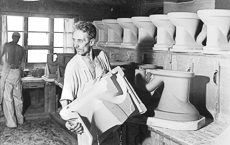 Työntekijä tehtaalla työssään. http://www.ido.fi #bathroom #bathroomdesign #interiordesign #homespa #scandinaviandesign #bathroomideas #bathroomsink #interiordecoration #toilet #factory #sink #finnishdesign #bathroominspiration #ceramics #ceramicsoven #bathroomidea #tap #washbasin #fauset #behindthescenes #sanitary #porcelain #interiorideas #advertisement #history #toiletseat #worker #makers #casting #glazing #production #productionprocess