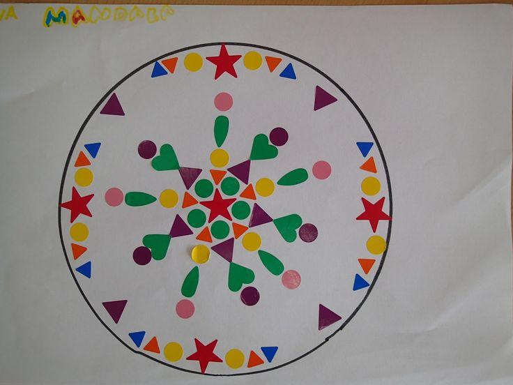 Mandala hecho con gomets. Infantil de 5 años. pinta imagina