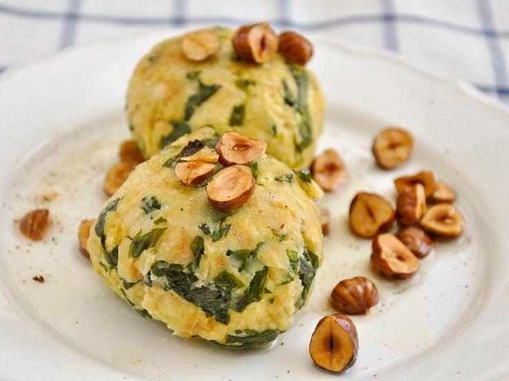 Spinat Semmelknödel mit Haselnussbutter  Semmelknödel sind die beste Resteverwertung von trockenen Brötchen, die man sich vorstellen kann! Mit Bärlauch und Sojamilch sowie Zwiebeln, Eiern und Mehl zu köstlichen Semmelknödeln verarbeitet, wird aus übrig gebliebenen Brötchen vom Vortag ein köstliches und gesundes vegetarisches Essen.   http://einfach-schnell-gesund-kochen.de/spinat-semmelknoedel-mit-haselnussbutter/