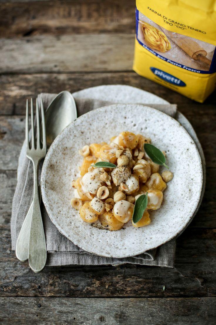 Gnocchi di zucca con crema al parmigiano e nocciole       Parmigiano Reggiano* Procedimento Pulire la zucca da scorza, semi e filamenti, tagliarla a pezzi e cuocerla in…