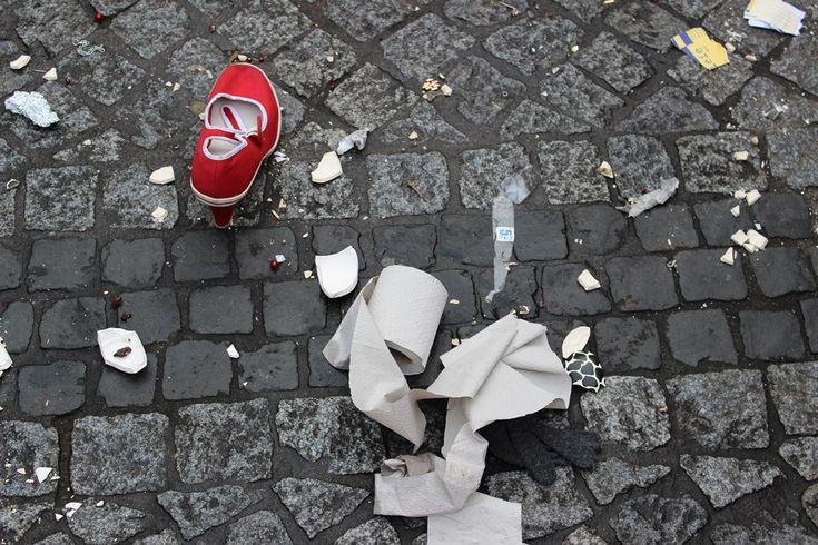 Mit Vergnügen | Big in Berlin | Sonntag, 26.10., 16:34 Uhr – Schöneberg, John-F.-Kennedy-Platz: Flohmarktüberbleibsel. © Eva Kejikova
