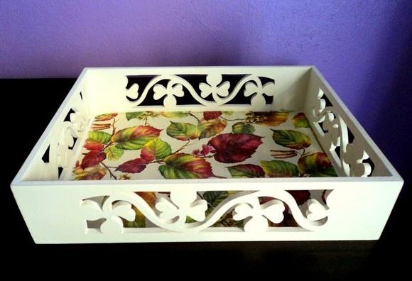 Bandeja provençal feita com decoupage de guardanapo no tema folhas de outono. Pode ser feita com outros temas. R$34,90