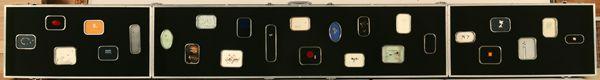 Philippe Favier, La malle de Bussy d'Amboise, 2001. 26 miniatures, technique mixte sur boîtes à sardines serties dans une valise métallique, 37,7 x 77 cm, Villefranche-sur-Saône. Malle s'ouvrant en triptyque. Elle contient 26 pièces de techniques diverses enchâssées dans les boîtes de conserve.
