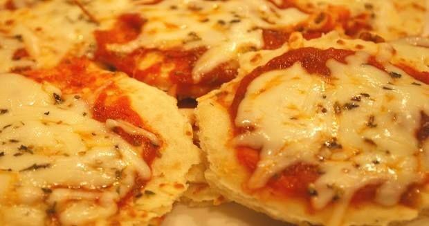 Que tal aprender a fazer deliciosas Mini Pizzas passo a passo? E mais, não se preocupe demais com as calorias, a receita é light.
